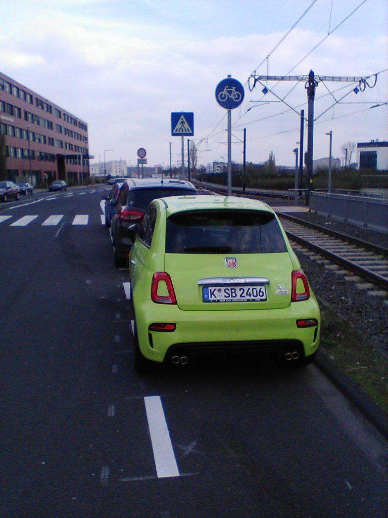 K-SB 2406 parkt breit auf dem Radweg