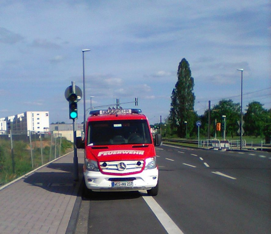 Feuerwehrauto WES-NV 217 aus dem Kreis Wesel parkt auf Radweg