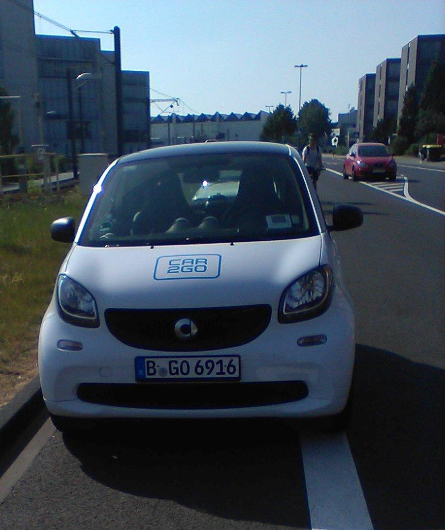 Falsch geparktes Car2Go Fahrzeug mit dem Kennzeichen B-GO 6916